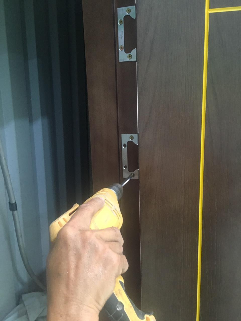 Cách lắp cửa gỗ công nghiệp