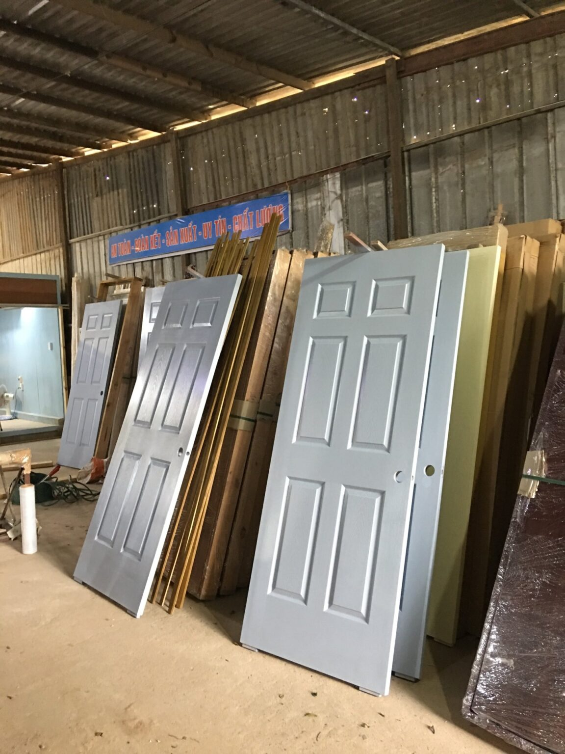 xưởng cửa gỗ công nghiệp